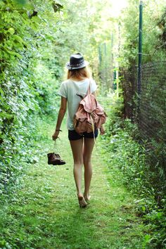Walking barefoot through the grass Walking Barefoot, Going Barefoot, Foto Art, Poses, Life Is Beautiful, Style Me, Bohemian, Boho Chic, Style Inspiration