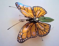 """Inspiration für ihr Projekt """"Computer Component Bugs"""" fand die britische Künstlerin Julie Alice Chappell, als sie eine Kiste voller Computerschrott stieß und darin winzige Teile entdeckte, die sie an die zarte Beinchen und Fühler von Insekten erinnerte. Ge"""