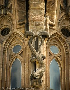 La Sagrada Familia by Gaudi is quite imposing and grand inside and outside. The mixture of classic, organic and modern brings this basilica into a class of its own and defines Gaudi's genius Excursions in Barcelona Excursions in Barcelona Holidays in Barcelona Sightseeing tours, airport transfers, taxi, interpreter and your personal guide in Bar
