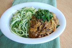 Milde curry uit de slowcooker met courgette pasta