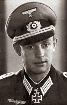 """Portrait du """"Hauptmann"""" Wilhelm Ahren lors de la remise de la Ritterkreuz des Eisernen Kreuzes comme Kommandeur der III.(Jäger)/Grenadier-Regiment 17  La 22 février 1944"""