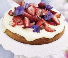 Bjud gästerna på härligt, saftig rabarbertårta med len fläderkräm. Bred bara ut din gräddiga kräm över den svala tårtan och garnera med delade, söta jordgubbar och några ätliga blommor. Vackert och lyxigt!
