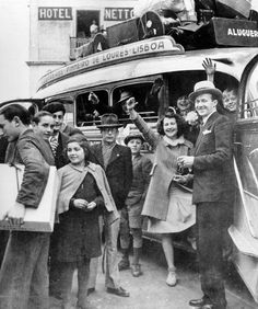 WWII, Jewish Refugees fleeing the Nazis arriving safely in Sintra, Portugal. Old Photos, Vintage Photos, History Of Portugal, Portuguese Culture, Vintage Party, Vintage Photography, World War Ii, Ww2, The Past