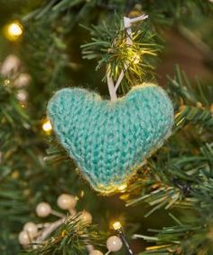 Little Knit Hearts free knit pattern in Super Saver yarn. All hearts come home for the holidays when you decorate with these darling little knit hearts. Use them on the tree, on gift packages and all through the house. Knitted Heart Pattern, Cable Knitting Patterns, Christmas Knitting Patterns, Free Knitting, Knit Patterns, Knitting Stitches, Christmas Tree Ornaments, Christmas Crafts, Christmas Decorations