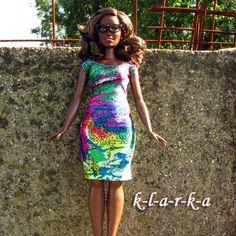 Šaty+pro+paneku+Curvy+Barbie+-+baculka+Elastické+šaty+na+baculatou+Barbie.+Natahovací+bez+zapínání.+(neumím+posoudit+zda+lze+obléknout+panence+s+pokrčenou+rukou,+proto+doporučuji+s+nataženýma+rukama).+(panenka+se+neprodává+je+pouze+modelka)+3+