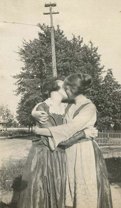 """grizzlykurtz: """" witchesbitchesandbritches: """" lifeundefeated: """" Yea it's . - Of Anthropological interest - Muttertag Cute Lesbian Couples, Lesbian Art, Lesbian Love, Vintage Lesbian, Vintage Couples, Vintage Kiss, Vintage Photographs, Vintage Images, Old Pictures"""