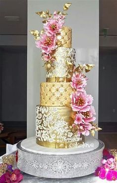 Loving this wedding cake color combination of pink & gold.