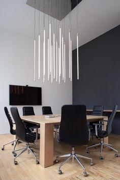 ロフト会議室、メープルテーブル、車輪の上の黒い椅子、垂直に取り付けられた蛍光管点灯、マグダレナケック