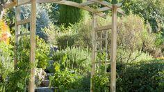Déco jardin : 8 utilisations différentes pour la pergola de jardin // http://www.deco.fr/diaporama/photo-8-utilisations-differentes-pour-la-pergola-de-jardin-47768/ #jardin #pergola