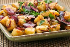potato recipes Roasted Sweet Potatoes with red onions, rosemary and parmesan. I just made this for dinner with orange flesh sweet potatoes, only 2 onions, fresh rosemary from the garden, and bacon crumbles on top. Everyone loved it. White Sweet Potato Recipe, Savory Sweet Potato Recipes, Sweet Potato Dishes, Grilled Sweet Potatoes, Roasted Potatoes, Thanksgiving Side Dishes, Thanksgiving Recipes, Holiday Recipes, Holiday Treats
