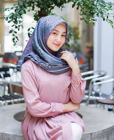 Pin Image by gatoloco Art Casual Hijab Outfit, Hijab Chic, Hijabi Girl, Girl Hijab, Muslim Girls, Muslim Women, Hijab Fashion, Fashion Dresses, Beautiful Hijab Girl