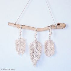Tutorial: Make feathers in easy macrame - Ideas tips and tutorial Decoration - Brico - Macrame Wall Hanging Patterns, Crochet Diy, Diy Pins, Macrame Design, Loom Knitting, Decoration, Arts And Crafts, Handmade, Couture