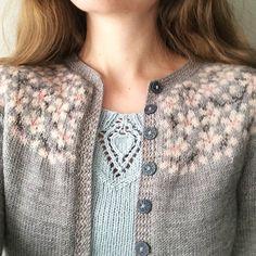 """408 likerklikk, 15 kommentarer – Lene Tøsti (@lene.tosti) på Instagram: """"I dag er det nøyaktig ett år siden jeg ga ut mønsteret på Kirsebærblomstring, og for et år det har…"""" Lace Knitting Stitches, Knitting Patterns, Dere, Vintage Knitting, Ravelry, Winter Fashion, Crochet, Sweaters, Instagram"""