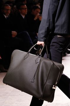 Hermès Fall 2014 Menswear Fashion Show Details Fashion Bags, Mens Fashion, Hermes Men, New Bag, Luxury Bags, Stylish Men, Luggage Bags, Leather Bag, Vogue