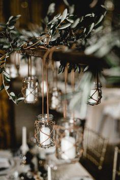 Mit Hilfe von hängenden Teelichtern, Lichterketten und vielen grünen Zweigen schaffst du eine stilvolle und elegante Atmosphäre in deiner Hochzeitslocation. #wedding #hochzeit  #tischdekoration #weddingdecoration #vintage #greenery