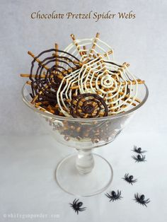 Chocolate pretzel spider web is a wonderful idea for a Halloween treat. It's crunchy, salty, sweet and full of chocolate. Halloween Snacks, Halloween Baking, Halloween Dinner, Halloween Birthday, Spooky Halloween, Halloween Pretzels, Halloween Village, Homemade Halloween, Halloween Ideas
