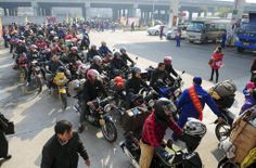 帰省ラッシュがピークを迎え、中国広東省仏山市で、無料の給油サービスに並ぶバイクに乗った人たち=23日(共同) ▼24Jan2014産経新聞|36億人が大移動  春節、中国で帰省ピークに http://photo.sankei.jp.msn.com/kodawari/data/2014/01/24china/ #chunjie #chinese_new_year #lunar_new_year #china #beijing