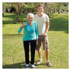 """Com Dona Nina, 98 anos de sabedoria, participante de nosso retiro aqui em Minas Gerais.  Perguntada sobre se ela veio só para passear ou se participaria da alimentação desintoxicante, respondeu: ⠀⠀⠀ """"Claro que sim! Acredito que devemos fazer o nosso melhor para que quando chegar a hora de partir possamos ir de alma limpa!"""" ⠀⠀⠀ Uma inspiração! #retiropuravida"""