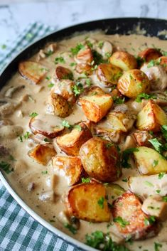 Ovnbagte Kartofler Og Kylling I En Champignon Flødesauce – One Kitchen – A Thousand Ideas Veggie Recipes, Cooking Recipes, Healthy Recipes, Carne, Good Food, Yummy Food, Danish Food, Food Crush, Everyday Food
