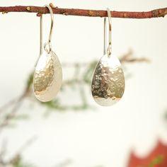 Pienet hopealusikan pesäosasta valmistetut taotut korvakorut. #taottukoru, #korvakorut, #lusikkakoru Spoon Jewelry, Pearl Earrings, Drop Earrings, Making Ideas, Jewerly, Women's Fashion, Silhouette, Crafts, Diy