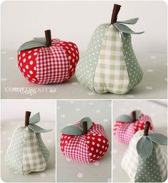 Selbstgemachte Jonglierbälle in Apfel- und Birnenform.