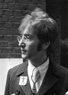 Ahhh!! So handsome Lennon 💕