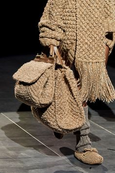 Dolce & Gabbana Fall 2020 Ready-to-Wear Collection - Vogue Knitwear Fashion, Knit Fashion, Fashion Bags, Womens Fashion, Fashion Fashion, High Fashion, Ankara Fashion, Fashion Poses, Fashion Weeks