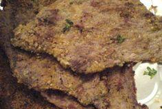 """Queste cotolette alla siciliana sono una vera golosità. La panatura è incredibilmente saporita e costituiscono un veloce secondo di carne da accompagnare con un purè di patate o patatine fritte per i più viziosi. O con una semplice insalata per chi è attento alla linea. Questo modo di preparare le cotolette viene detto """"alla siciliana"""" …"""
