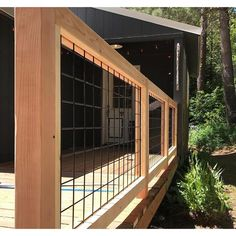outdoor rail Wire Deck Railing, Hog Wire Fence, Metal Stairs, Metal Railings, Staircase Railings, Railing Design, Deck Design, Hog Panel Fencing, Stair Paneling