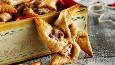 Nämä rukiiset joulutortut maistuvat pikkusuolaisena esimerkiksi glögin kanssa. Rahkavoitaikina sopii toki myös perinteisiin luumutorttuihin. Finnish Recipes, Christmas Inspiration, Bread Baking, Waffles, Goodies, Food And Drink, Lunch, Snacks, Dinner