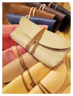Diy leather clutch bags - Love the colours! Diy Leather Clutch, Diy Clutch, Diy Purse, Leather Craft, Leather Bags, Black Leather, Sewing Tutorials, Sewing Projects, Bag Tutorials