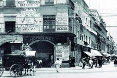 Calle de Plateros y Mercaderes. Edificio que albergo varios comercio entre ellos el Bar del italiano Peter Gay, donde antes estuvo el Café del Cazador establecimiento que estuvo desde 1835 hasta 1900. ca. 1904