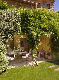 El jardín de una casa de pueblo rehabilitada