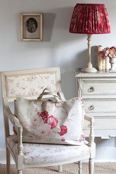 Read more about how to Shabby chic paint Red Cottage, Shabby Chic Cottage, Shabby Chic Style, Shabby Chic Decor, Cottage Style, Kate Forman, Decoration Shabby, Vibeke Design, Swedish House