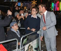 Pin for Later: On le Confirme: Chris Hemsworth Est Toujours Aussi Canon, Même Habillé