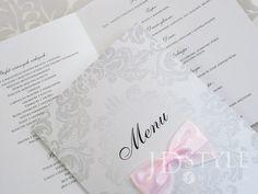 Karty z jadłospisem weselnym do postawienia na stołach do wiadomości gości uczestniczących w przyjęciu. Papier metalizowany, mieniący się, srebrne ornamenty oraz piękna kokardka z możliwością wyboru koloru tasiemki.