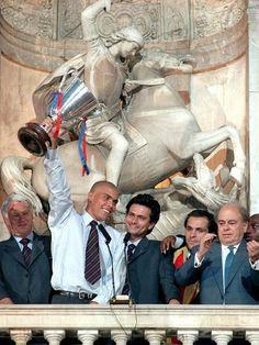 """El """"traductor"""" de celebración con el Barça...  Barcelona celebrate Cup Winners' Cup victory, 1997.Source: Hamburger Abendblatt"""