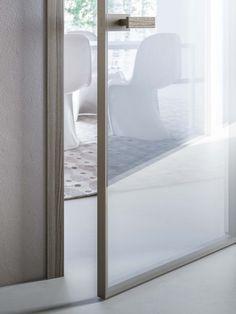 porta con doppio vetro reflex e finiture in legno di noce americano