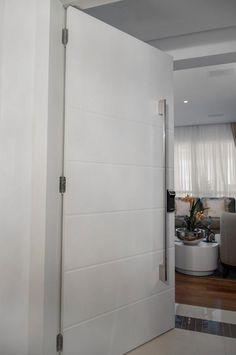 Unimoveis® Marcenaria Fina, móveis sob medida perfeitos por anos e anos: porta especial de madeira, porta pivotante, cozinha, bancada, armário, closet e peças de projeto. Av. dos Tajurás, 125 - 05670-000 - São Paulo - SP - Tel: (11) 3097-8091 Sob Medida Porta pivotante em laca branca acetinada.