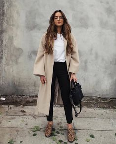 Perfect Outfit Ideas To Wear This Spring, SPRİNG OUTFİTS, brown dress coat and white shirt with black pants Mode Outfits, Casual Outfits, Urban Chic Outfits, High Fashion Outfits, Classic Outfits, Outfits Pantalon Negro, Look Legging, Look Zara, Beige Outfit
