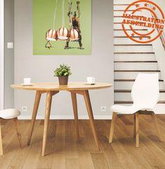 Kleine, ronde, volledig naturel houten tafel.