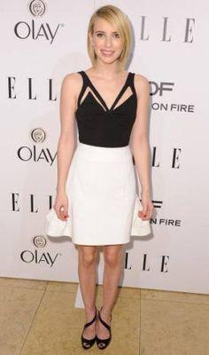 Emma Roberts 01 de Fevereiro de 2014  A atriz escolheu um mix preto e branco com blusa de decote geométrico e saia evasê durinha (supertendência). Repare que a sandália também tem um recorte no peito do pé.