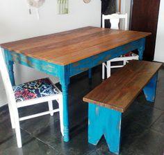 Conjunto mesa, banco e cadeiras em estilo demolição.