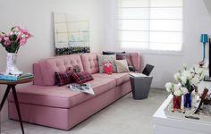 Se sua sala é pequena, considere um sofá sob medida. Desenhado pela Arquitetura Paralela, este modelo tem espaço para sentar no lugar de um dos braços. Sem as almofadas do encosto, vira cama para hóspedes
