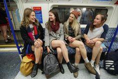 """«Ημέρα χωρίς #παντελόνι» στο #μετρό #Λονδίνου και #Πράγας [Εικόνες] / """"Day without #pants"""" at the #London and #Prague #metro [#Pictures]"""