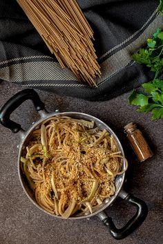 Peperoni e patate: Spaghetti con le puntarelle e briciole croccanti