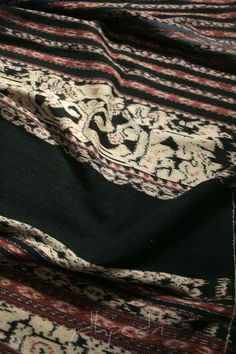 Ei worapi classified as non ceremonial sarong that quite much influenced by European floral design as the main pattern. Shown above, both of the wide black panels (medi ae) and narrow black panels (ro'a) of this sarong made out of handspun yarn in very dark indigo. Probably made by hubi iki moiety (refers to the existence of lighter indigo bands near the joint seams on the center of this sarong). From Savu - East Nusa Tenggara