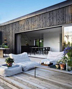 Tv-værten Emil Thorup kan nu tilføre to nye titler til sit navn. Exterior Design, Interior And Exterior, Room Interior, Interior Modern, Modern Exterior, Interior Styling, Porch Makeover, House In The Woods, Interior Architecture