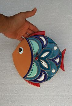 Imagen relacionada Fish Wall Art, Fish Art, Ceramic Birds, Ceramic Art, Painted Rocks, Hand Painted, Pottery Lessons, Clay Fish, Clay Art Projects
