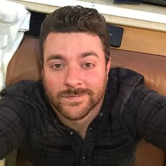 Chris Young has bedroom eyes… Chris Young hat Schlafzimmeraugen …